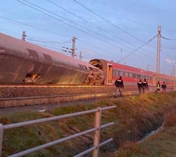 6日、脱線した高速列車を調べる警察=イタリア北部ミラノ近郊(ロイター=共同)