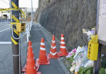 道路脇の斜面が崩落し、女子生徒が巻き込まれた現場に手向けられた花=6日午後、神奈川県逗子市