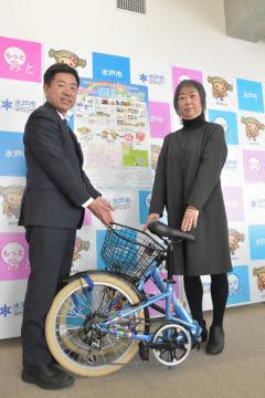 高橋靖市長(左)から折り畳み自転車の贈呈を受ける参加者=水戸市中央