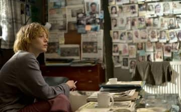 犯人を捜す糸口をつかむステファニー(ライブリー)Photo : Paramount Pictures