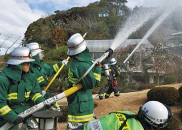 吉田邸に向け放水する消防団員ら