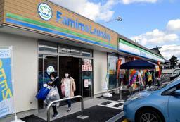 コインランドリーを併設した「ファミリーマート淡路こえなみ店」=南あわじ市榎列