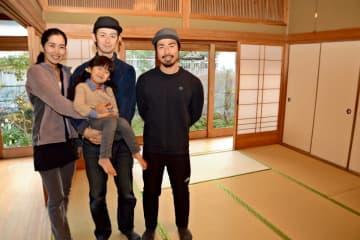 交流拠点として活用する空き家。左から企画した古川恭子さんと陽進さん、娘の鈴乃さん、藤川雄大さん=唐津市大名小路
