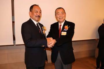 握手を交わす、大西前監督(右)と鳥内前監督=大阪市内