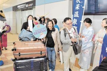 バンコク発の第1便から仙台空港に降り立った観光客ら。インバウンド拡大の起爆剤として期待を集める=昨年10月30日