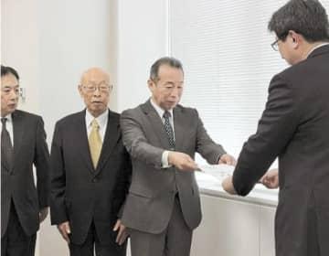 高橋所長(右)に要望書を手渡す後藤会長ら宿泊事業者