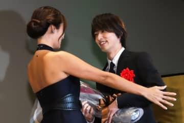 横浜流星と深田恭子の2ショットに大歓声!