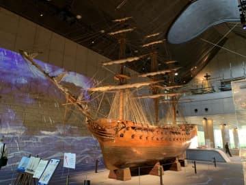プロジェクションマッピングが投影された英軍艦「ロドニー号」(写真:ラジオ関西)
