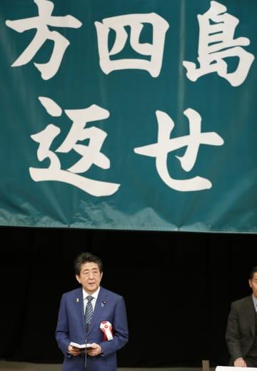 「北方領土返還要求全国大会」であいさつする安倍首相=7日午後、東京都千代田区