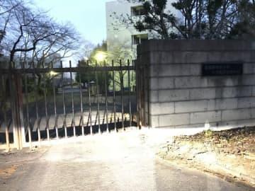 女子高校生が同級生に刺され重傷を負った武蔵野音楽大学付属高校=6日午後5時34分、入間市