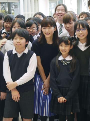 「ビューティフルジャパン」のお披露目イベントで小学生たちと記念撮影する綾瀬はるか(中央)=東京都江東区のパナソニックセンター東京