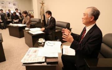 若者に新聞を読んでもらうための取り組みなどについて意見を述べる委員=7日午後、宮崎市・宮日会館