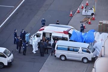 クルーズ船「ダイヤモンド・プリンセス」が横浜港に接岸し、佐世保市在住の男性の部屋から見えた救急車の様子=6日午後0時半(男性提供)