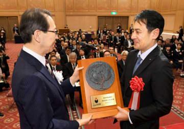 内堀知事から知事賞の盾を受けるふたばの遠藤社長(右)