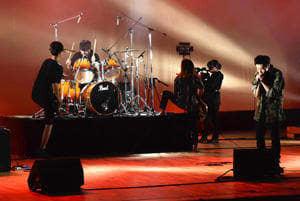 個性豊かなステージを繰り広げる学生バンド