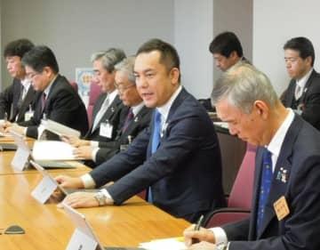 【本部員会議で、県民会議の設置を検討するよう指示する鈴木知事(中央)=三重県庁で】