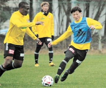 チームに合流し、ミニゲームでシマオマテ(左)と競り合う新加入の山田(右)