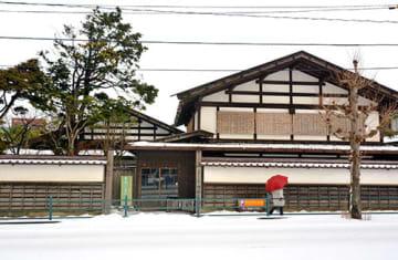 大規模改修のため今秋から長期休館する見通しとなった旧鐙屋=酒田市