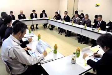 関係機関が白タク・白バス行為の現状や対策を話し合った会議=長崎市、九州運輸局長崎運輸支局