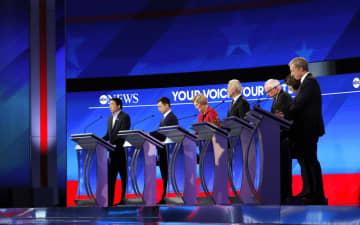 7日、米東部ニューハンプシャー州マンチェスターで開かれた民主党の大統領選候補者による討論会(ロイター=共同)