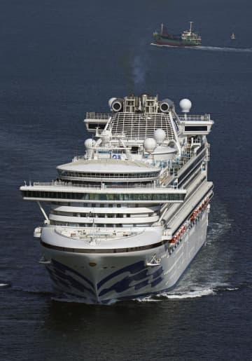 乗客乗員の船内待機が続くクルーズ船「ダイヤモンド・プリンセス」=8日午前10時51分、神奈川県横須賀沖(共同通信社ヘリから)