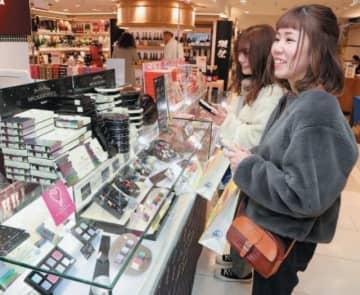 多彩なチョコレートを品定めする女性客=大分市のトキハ本店