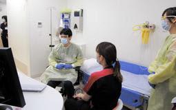 新型コロナウイルスなどに感染した疑いのある患者を想定した兵庫県立丹波医療センターの訓練=丹波市氷上町石生(同センター提供)