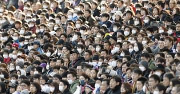 Jリーグの富士ゼロックス・スーパーカップが行われた埼玉スタジアムで、試合を観戦するサポーター。新型コロナウイルスによる肺炎の感染拡大で、マスク姿の観客が目立った=8日、さいたま市