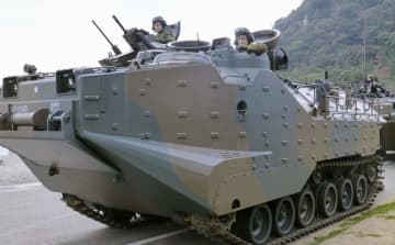 水陸両用車「AAV7」に搭乗する河野防衛相(右)=8日午後、長崎県佐世保市の陸上自衛隊相浦駐屯地