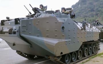 防衛相、長崎で水陸機動団を視察