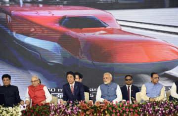 2017年9月、高速鉄道の起工式に出席した安倍首相(中央左)とインドのモディ首相(同右)=インド・アーメダバード(共同)