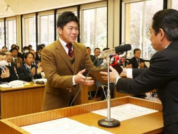 表彰を受ける学芸館の好田凌選手(左)=御津国際交流会館