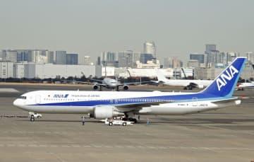 羽田空港に到着した日本政府のチャーター機第4便=7日午前