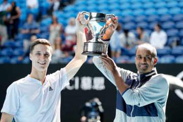 写真は「全豪オープン」男子ダブルス優勝のソールズベリー(左)とラム(右)