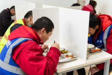 長沙市の企業、社食のテーブルを仕切り感染防止
