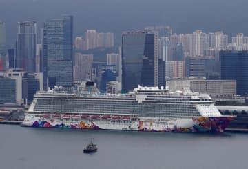 香港の港に停泊中のクルーズ船「ワールドドリーム」=5日(AP=共同)
