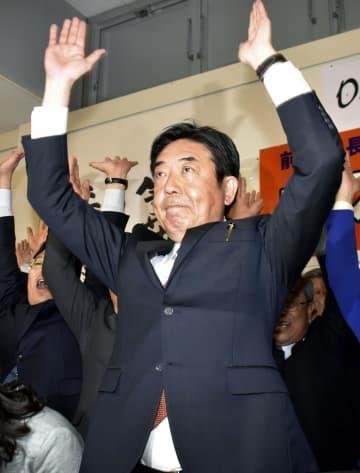前橋市長選で3選を決め、万歳する山本龍氏=9日夜、前橋市