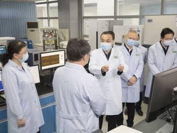 李克強氏、中国医学科学院病原生物学研究所を視察