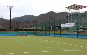 ホッケー場に設置された「KYOTAMBAHOCKEYCAMPともに2020東京オリンピックへ」の横断幕と夜間照明設備(京丹波町大朴)