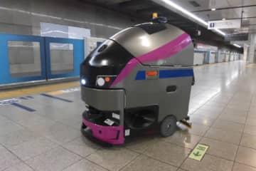 京王線新宿駅でロボット床面洗浄機導入 デザインは5000系車両をイメージ