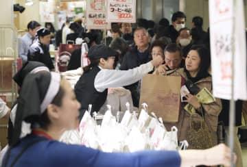 1月、百貨店の初売りで、福袋を買い求める人たち=東京都内