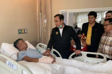 Prime Minister Prayuth Chan-o-cha on Sunday visits a man in hospital who was injured during the soldier's rampage on Saturday in Nakhon Ratchasima. (Photo supplied)