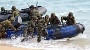 揚陸艦から出動後に浜へ上陸する陸上自衛隊の水陸機動団=9日、金武町・ブルービーチ