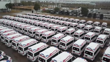 春節休み返上で生産再開 陰圧救急車50台余りを寄贈