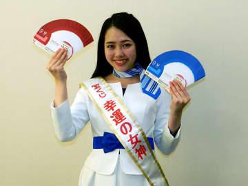 東京2020協賛ジャンボ宝くじを紹介する飯本日菜子さん=10日、さいたま市北区