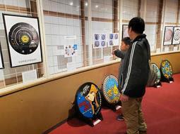 マンホールに「銀河鉄道999」 宇宙や星のデザイン、天文科学館で展示