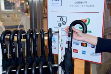 大宮駅西口で始まった傘のシェアリングビジネス「アイカサ」=そごう大宮店