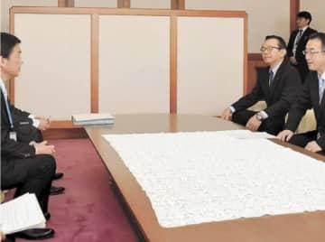 村井知事(左)に要望内容を伝える高橋会長(右)