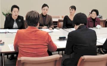 新税導入の負担感を訴えるおかみ会のメンバー