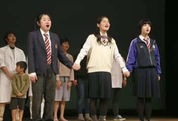 差別撲滅を訴え、沖縄の小中高生らが演じたハンセン病問題の啓発劇=11日午後、鹿児島県肝付町
